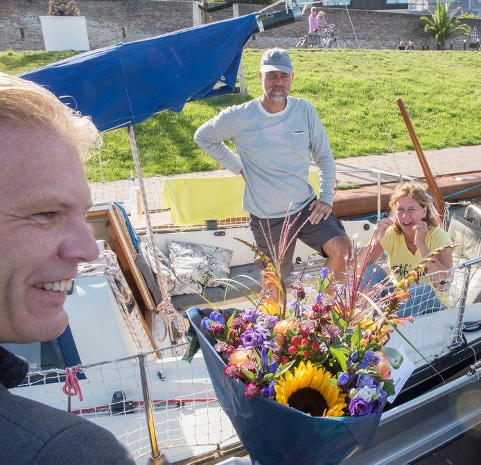 Wethouder Marcel Companjen verwelkomt de tienduizendste passant, de familie Evers.