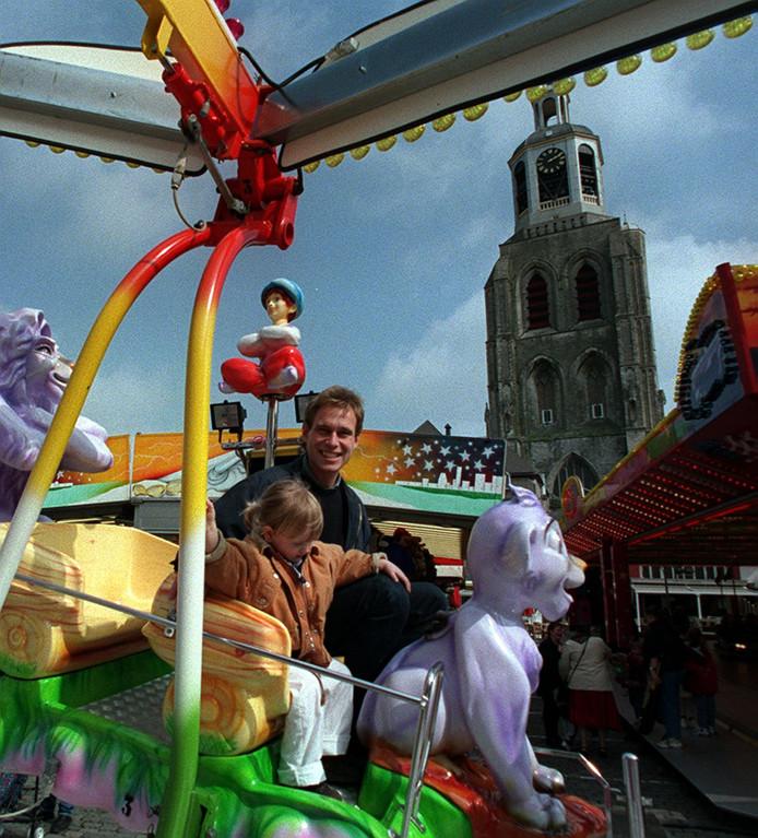 Een archieffoto van de kermis op de Grote Markt. In de jaren negentig keerde het evenement er korte tijd terug. Maar verdween al snel naar Plein 13 en later ook Kijk in de Pot.