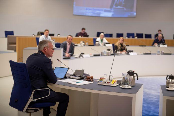 De gemeenteraad van Almelo kwam maandagavond toch bij elkaar. Zonder publiek. Om 1,5 meter afstand te bewaren, ging een deel van de raadsleden op publieke tribune zitten.