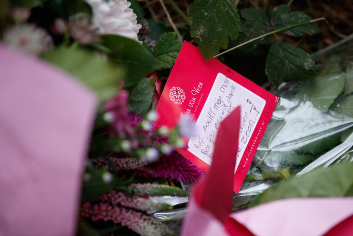 Bloemen op de plek waar het lichaam van Hugo van Houten gevonden is.
