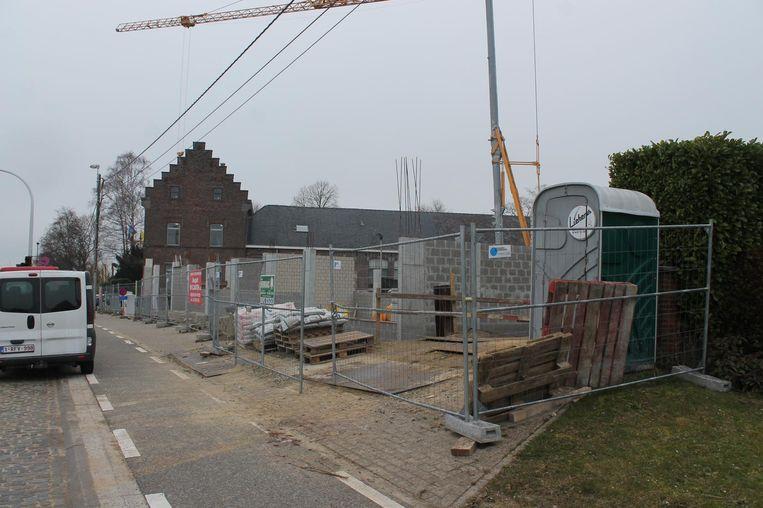De bouwwerf ligt momenteel stil. De gemeente Lennik paste zijn plannen inmiddels aan.