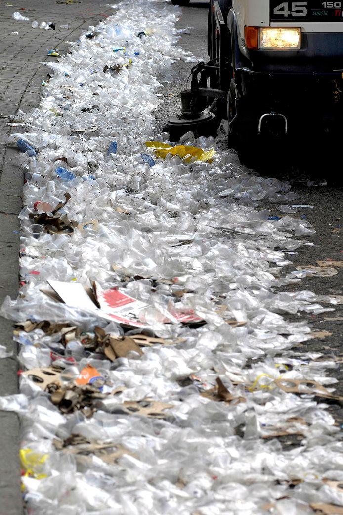Tijdens carnaval haalt de gemeente Breda enkele tonnen afval op. Een groot deel bestaat uit plastic bekers. archieffoto bndestem BEKERTJES EN NOG EENS BEKERTJES DE DAG NA DE DRAAI VAN DE KAAI IN ROOSENDAAL