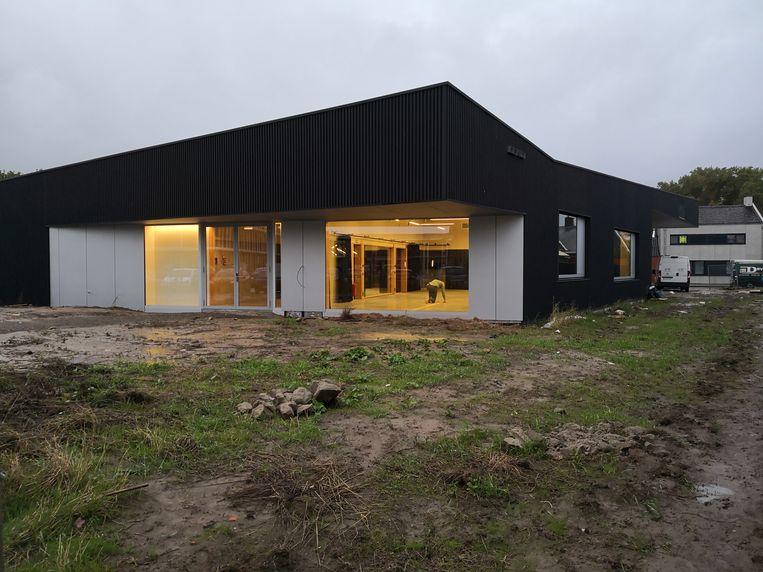 De laatste hand wordt gelegd aan het nieuwe ontmoetingscentrum in Woumen dat dit weekend de deuren opent.