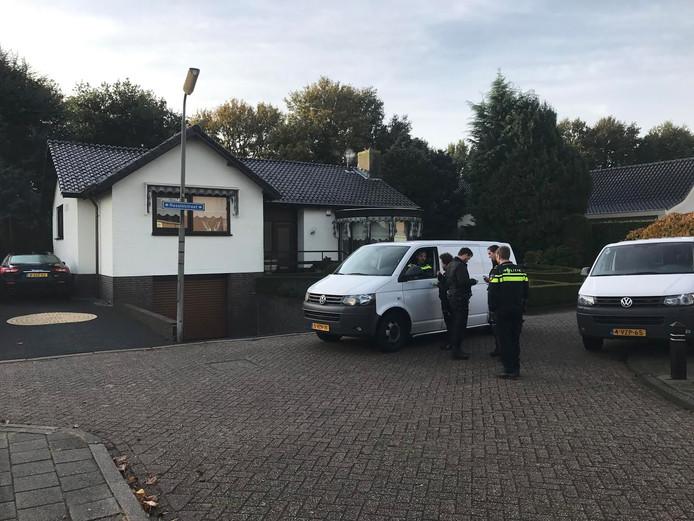 De politie bij het huis in Sint Willebrord.