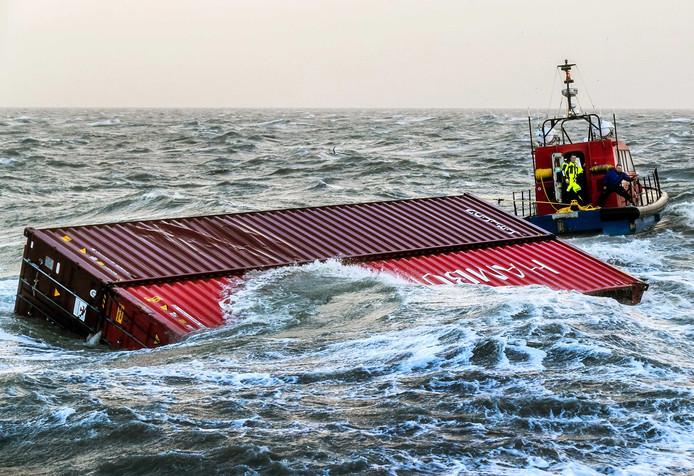 Overboord geslagen containers nabij de haven van Lauwersoog.
