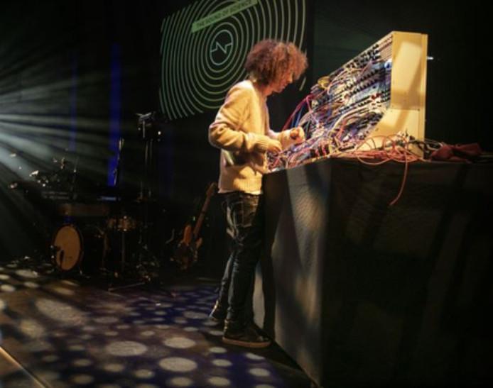 Colin Benders, hier met zijn modulaire synthesizer, keert voorlopig niet terug naar Utrecht.