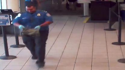 VIDEO. Koelbloedige douanier draagt rokende zak weg