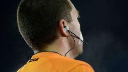 """Scheidsrechter legt match stil en roept alle spelers naar binnen na racistische opmerking van supporter: """"Ik ben het kotsbeu"""""""