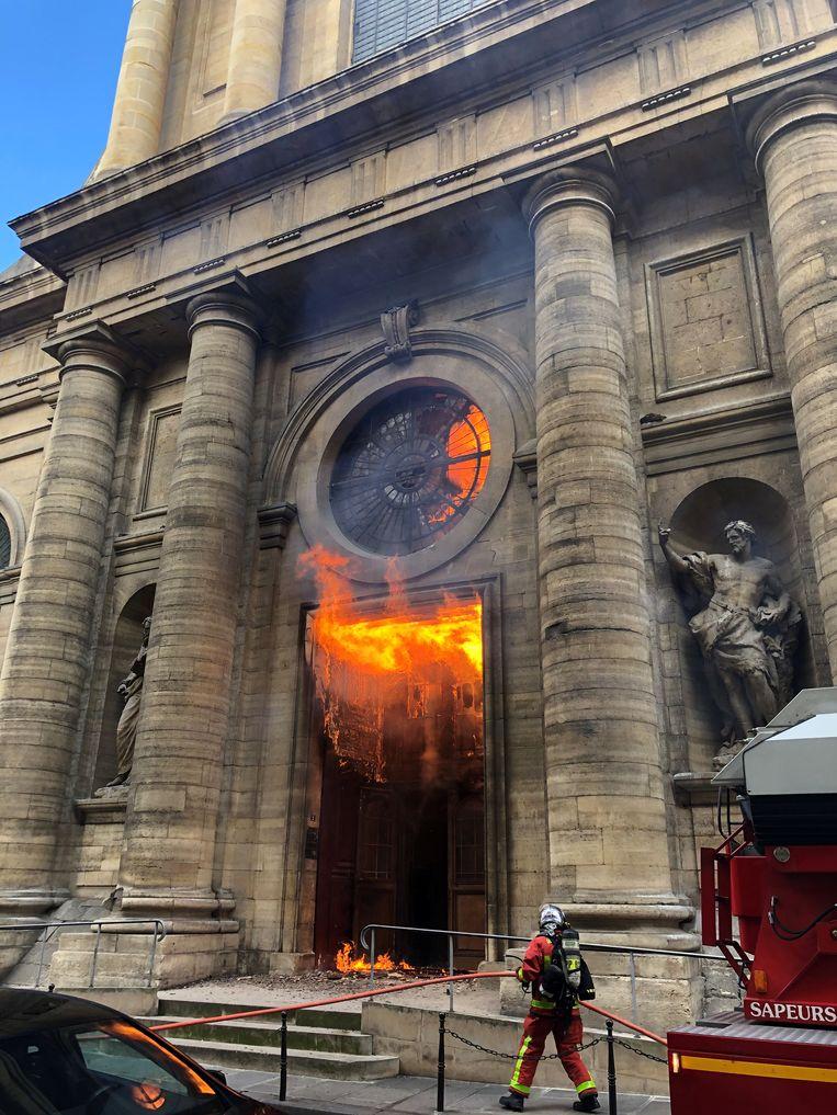 Vorige maand brak ook een brand uit in de Saint-Sulpice. Beeld Reuters