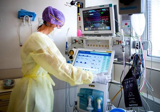 Een zorgmedewerkster op de intensive care.