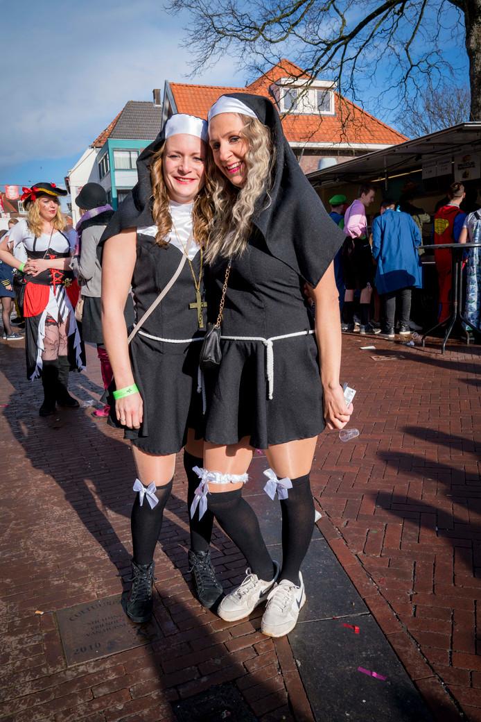 Kim Schreeven (r) uit Huissen en Danielle van Brakel uit Driel (beiden 32) alias de kloosterzusters Helena en Immaculata.
