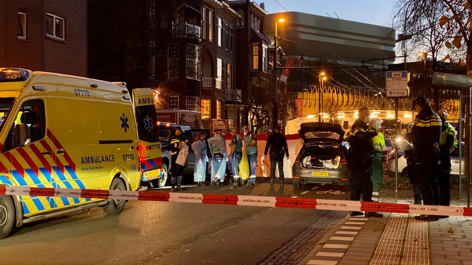 Hulpdiensten in de Cronjestraat in Arnhem na de