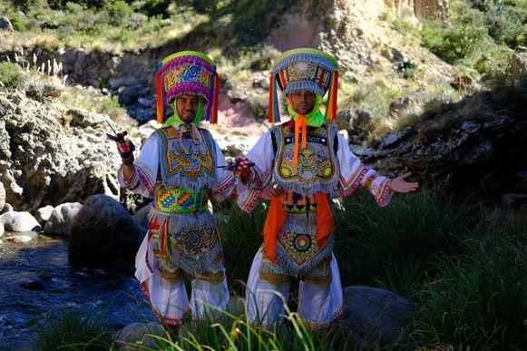 Dansen op meer dan 3000 meter hoogte is door de ijle lucht niet makkelijk. Er blijkt ook nog een bizar cactusritueel bij de dans te horen…