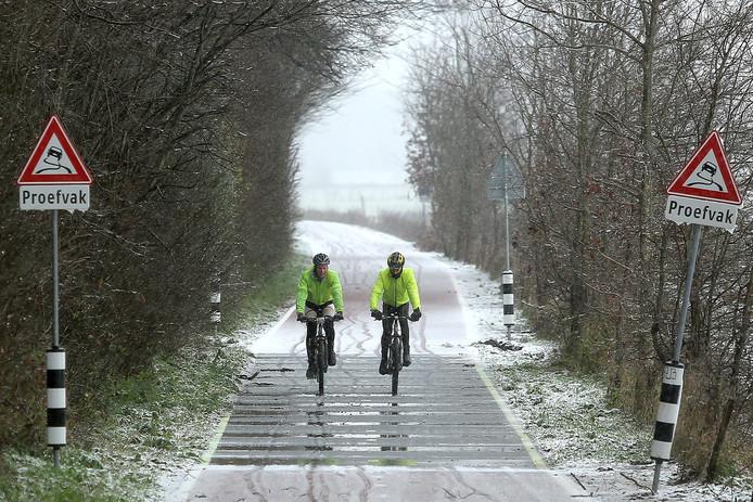 Het verwarmde fietspad over het Onderlangs tussen Wageningen en Renkum.