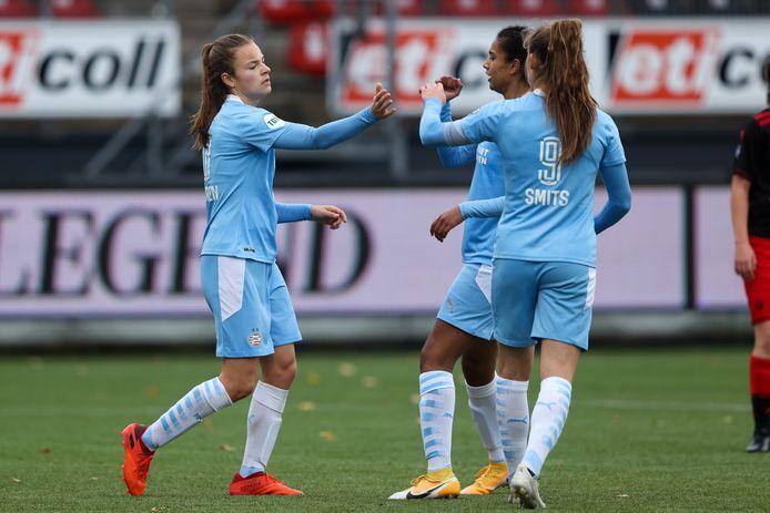 Kayleigh van Dooren (links) viert een doelpunt.