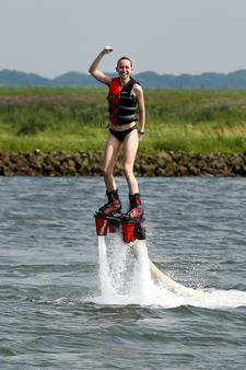Met je flyboard vliegen over het water van de Rijn