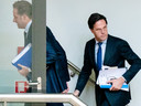Minister Hugo de Jonge van Volksgezondheid, Welzijn en Sport (CDA) en premier Mark Rutte tijdens een schorsing van een debat in de Tweede Kamer over de ontwikkelingen rondom het coronavirus.