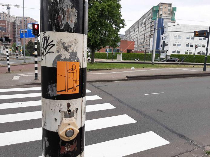 De stoplichten op het Droogleever Fortuynplein hebben een nieuwe sticker.