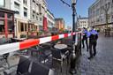 Deze terrassen in Nijmegen zijn nu nog leeg, maar maandag komt daar om 12.00 uur verandering in.