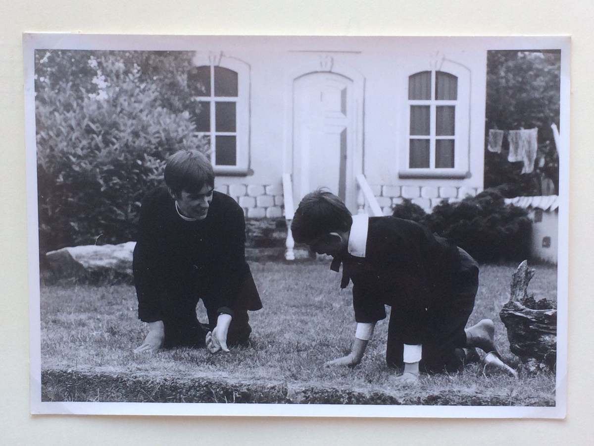 Ton Biemans (rechts) in 1968 als Micah Dow in 'De Kleine Dominee'. Biemans maakte als 13-jarige zijn debuut bij het Openluchttheater. Links zit Jan Schippers.