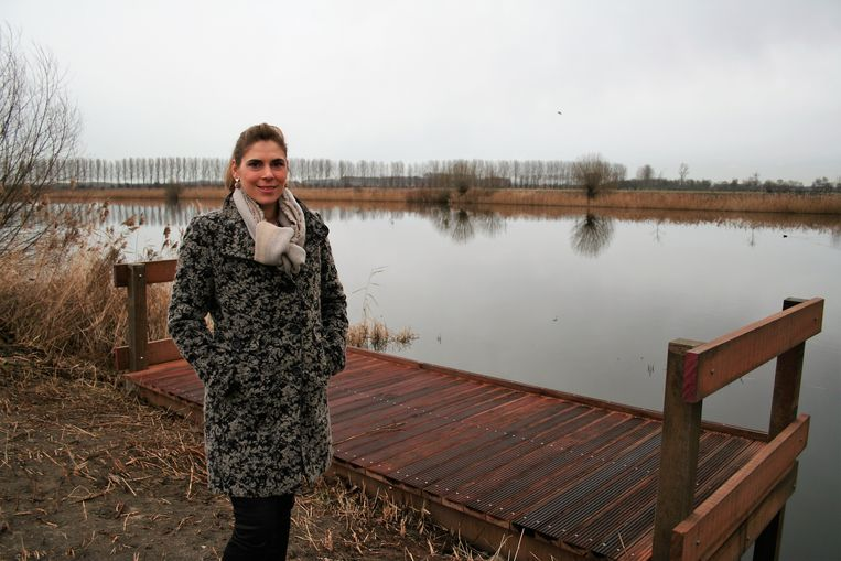 Ann Dieleman bij de nieuwe steiger: een pilootproject in het Waasland.