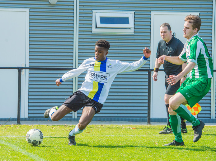 Tilburg ;FC Tilburg ; Oirschot Vooruit; sport; voetbal; amateurvoetbal; nr 14 links Alhaji Bangura in actie
