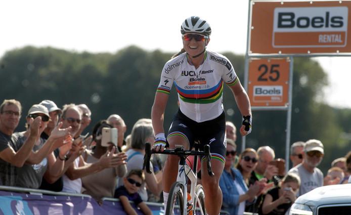 Wereldkampioene Chantal Blaak wint de etappe naar Sittard.