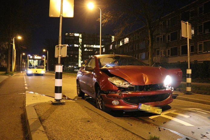 Ook de personenauto raakte zwaar beschadigd.