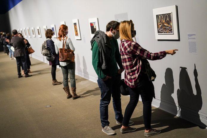 Bezoekers in het Met bezichtigen de reeks 'Struggle: From the History of the American People' van de hand van Jacob Lawrence.