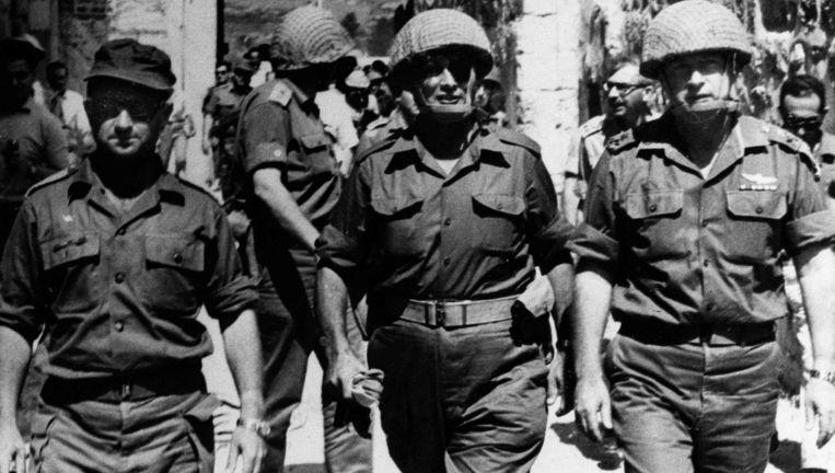 Juni 1967: minister van Defensie Moshe Dayan (midden), staf-chef Yitzhak Rabin en commandant Uzi Narkis in de Oude Stad van Jeruzalem. Beeld AP