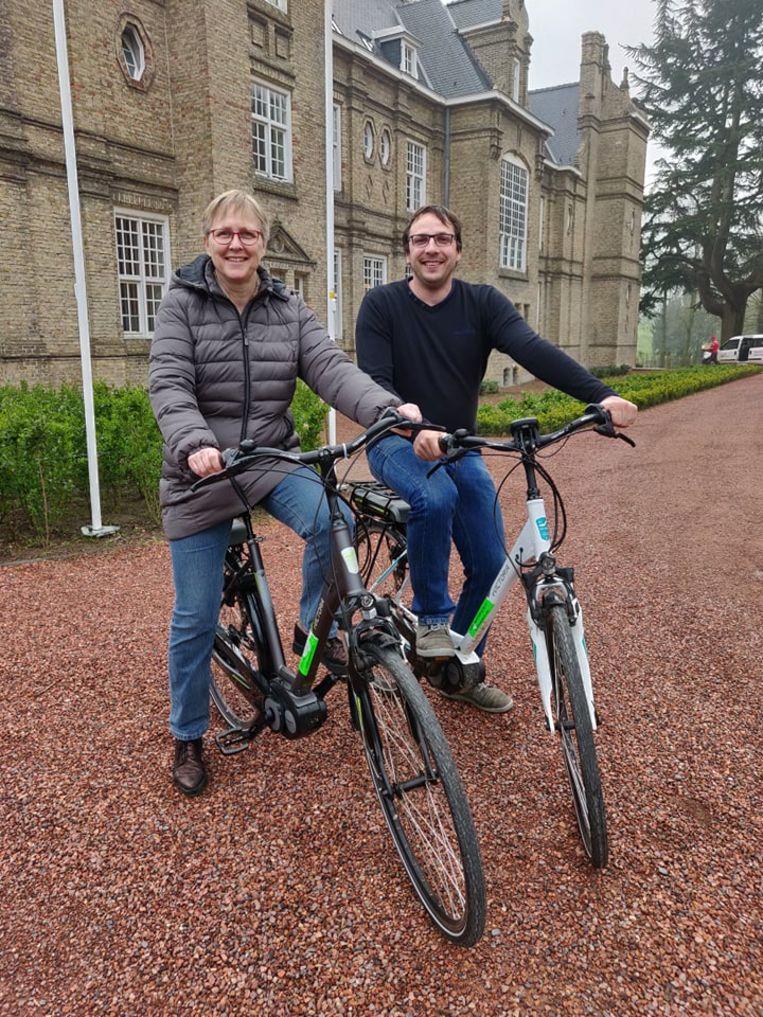 Vanaf nu stelt de gemeente Heuvelland elektrische fietsen ter beschikking hebben voor het gemeentepersoneel. Sabine Ghelein, medewerkster dienst cultuur en schepen Wieland De Meyer maken er alvast gebruik van.
