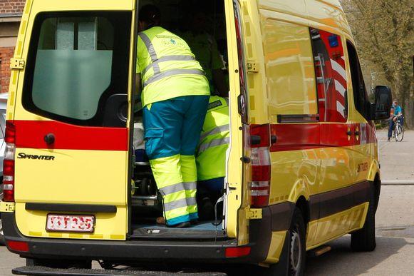 De wielertoerist werd overgebracht naar het ziekenhuis