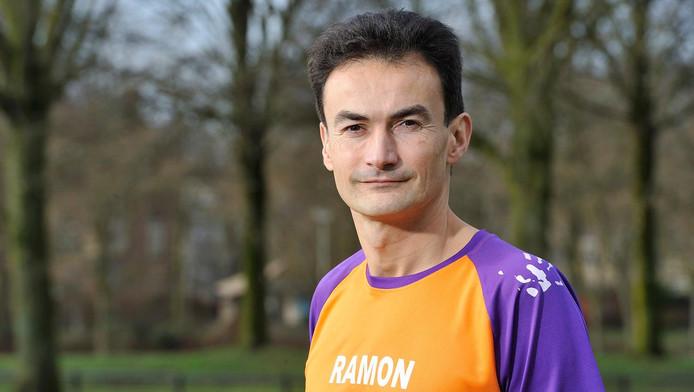 Ramon de la Fuente is klaar voor de marathon van Tokio. Op zijn shirt zijn naam in het Nederlands én Japans.