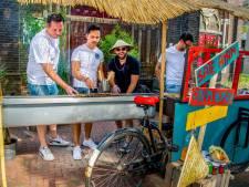 Baan kwijt door corona? Dan pak je een oude bakfiets, een batikhemd en bak je heerlijke sateetjes