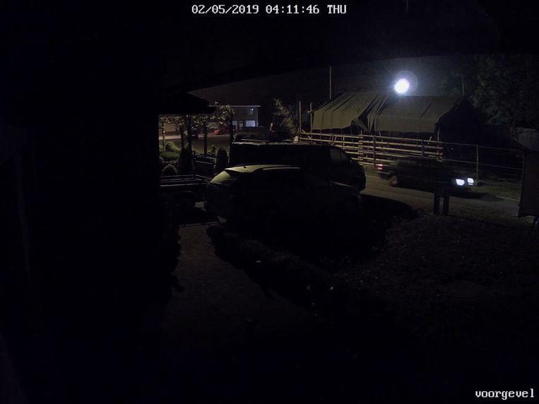 Op de camerabeelden is te zien hoe de dief rond 4 uur 's nachts met zijn eigen wagen, een Mercedes, stopt ter hoogte van de woning om vervolgens de aanhangwagen met werkmateriaal te stelen.