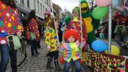 Carnavalsstoet fleurt centrum op tijdens sombere zondag