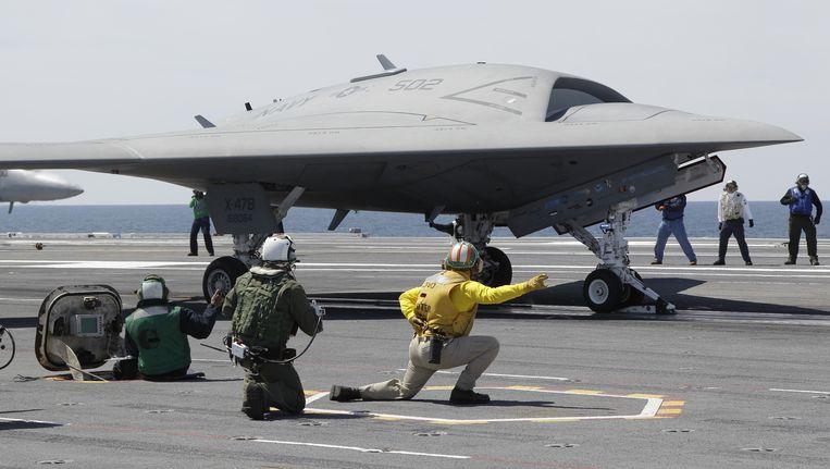 Een experimentele X-47B maakt zich op het vliegdekschip USS George H.W. Bush op voor een vlucht. De X-47B moet leiden tot een robotwapen die zelfstandig missies kan uitvoeren. Beeld AP