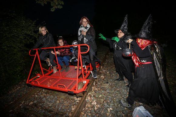 Langs het zes kilometer lange parcours lagen onder meer deze heksen te wachten op onschuldige slachtoffers.
