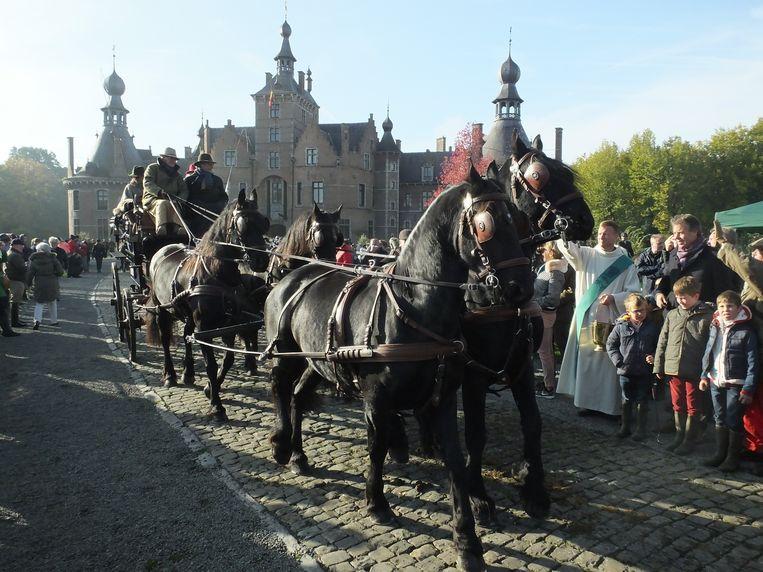 Ook de koets van Willy Naessens werd gewijd door diaken Johan Van Wassenhove.