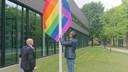 Wethouder Thijs van Kessel hijst de regenboogvlag.