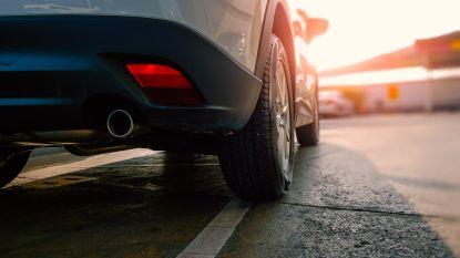 Amerikaanse politie tasert 24-jarige Ryan die seks heeft met uitlaat van auto