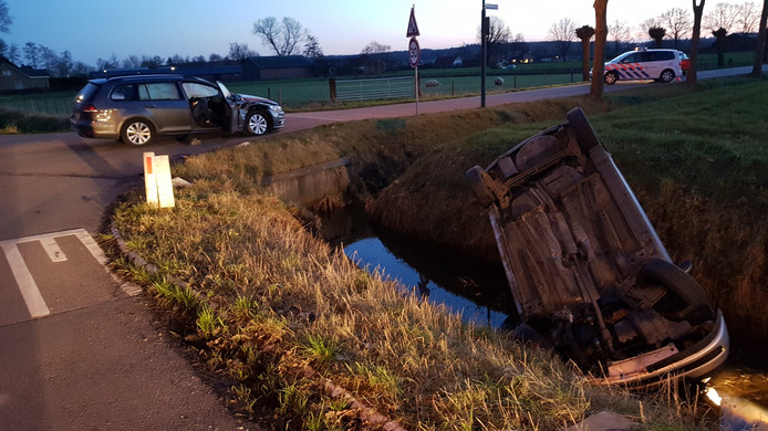 In Achterberg belandde een auto op de kop in de sloot na een aanrijding.