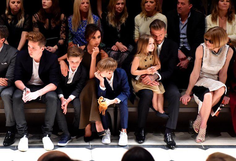 Zijn broers en zus kregen een zitje op de eerste rij tijdens de modeshow. Harper zat zelfs naast modeicoon Anna Wintour, de hoofdredactrice van Vogue.