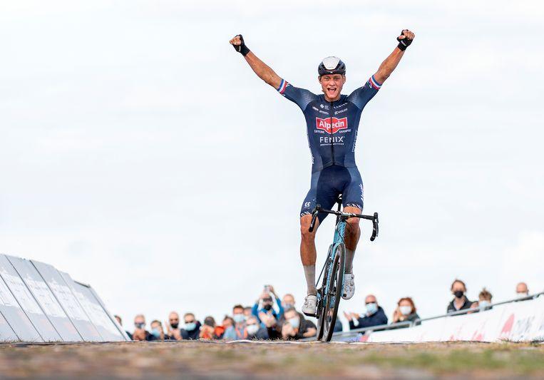 Mathieu van der Poel komt als winnaar over de streep. Beeld Klaas Jan van der Weij / de Volkskrant