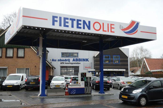 Na tal van waarschuwingen moet autobedrijf Abbink nu echt betalen. De gemeente Twenterand legt hem een forse boete op.
