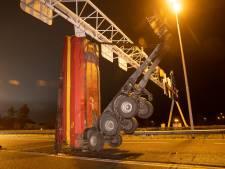 Vrachtwagen ramt met laadbak matrixborden op A28, snelweg urenlang dicht