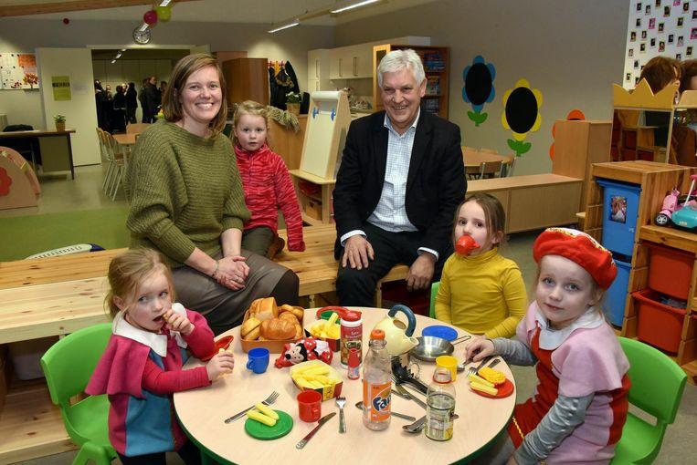 Burgemeester Tinne Rombouts en schepen Jef Vissers bij enkele kindjes bij de opening.