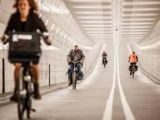 Fietsers mogen na maandenlange renovatie weer door de Maastunnel, en die glimt je tegemoet