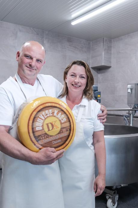 Henk en Daniëlle Vuulink maken de enige echte 'Duuvese kaes'