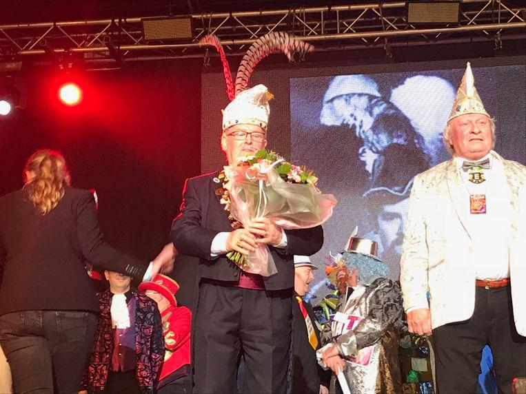 Luc Peirlinck, Enrico Leclair en Veerle en Hilde Sergant worden in de bloemetjes gezet door Dirk Verleysen.